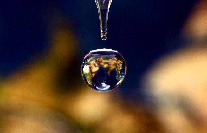 Gota de agua que refleja el mapa del mundo. 800 millones de personas no tienen acceso al agua potable y cerca de 2.500 millones no poseen servicios de saneamiento adecuado.GERARD JULIEN (AFP)