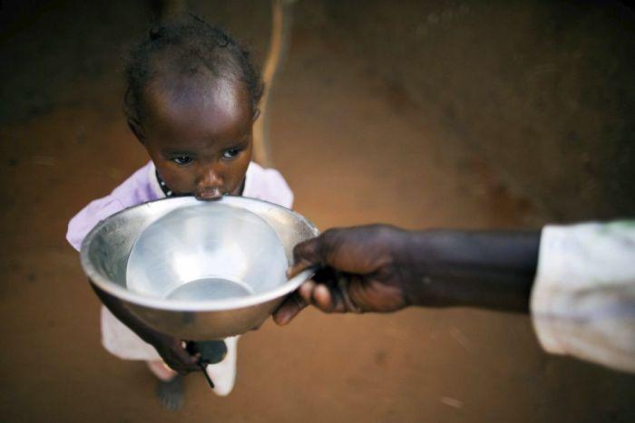 La joven Ismael Adam bebe agua en el refugio para desplazados de Abu Shouk en Darfur (Sudán) el 19 de marzo de 2013. Fotografía facilitada por la misión de la ONU.Albert Gonzalez (EFE)