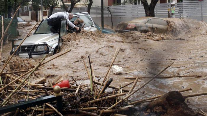Una mujer es rescatada durante las lluvias torrenciales caídas en el barrio de Chalandri, al norte de Atenas, el 22 de febrero de 2013.JOHN KOLESIDIS (REUTERS)