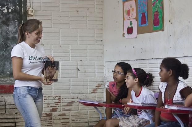 A pesquisadora Talita Roberto apresenta o projeto em escola de Parauapebas, no Pará