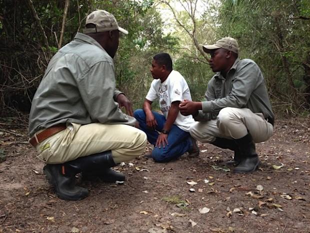 Disney Sousa (mais conhecido como Nego), rastreador do Projeto Onçafari (centro) em treinamento com os rastreadores da Tracker Academy da África do Sul – Foto: Projeto Onçafari